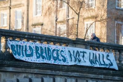 «Χτίστε γέφυρες, όχι τείχη» - Εικόνα12