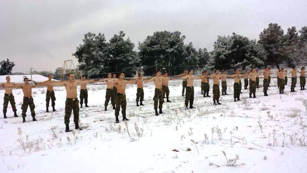 """""""Ρίξε κι άλλο χιόνι Θέε μου""""! Καταδρομείς εκπαιδεύονται μέσα στο χιονιά! ΦΩΤΟΓΡΑΦΙΕΣ - Εικόνα1"""