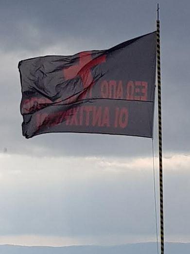 Άγιο Όρος – Σήκωσαν μαύρες σημαίες στην Ι.Μ. Δοχειαρίου που αναγράφουν: «Έξω οι Αντίχριστοι από το Άγιον Όρος» - Εικόνα0
