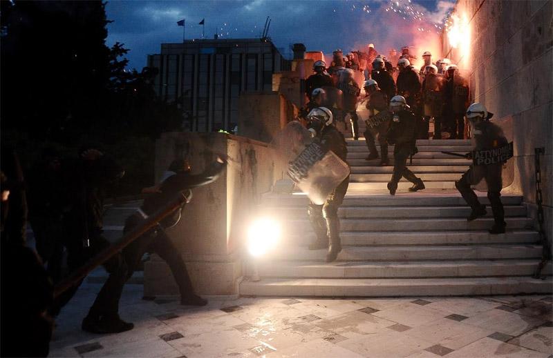 Άγρια επεισόδια έξω από τη Βουλή: Φωτιά σε φυλάκιο του Άγνωστου Στρατιώτη - Εικόνα 0
