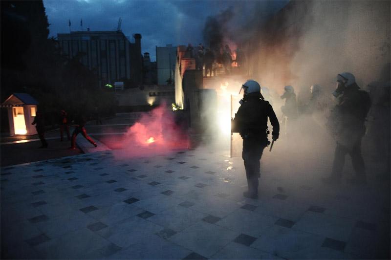 Άγρια επεισόδια έξω από τη Βουλή: Φωτιά σε φυλάκιο του Άγνωστου Στρατιώτη - Εικόνα 1