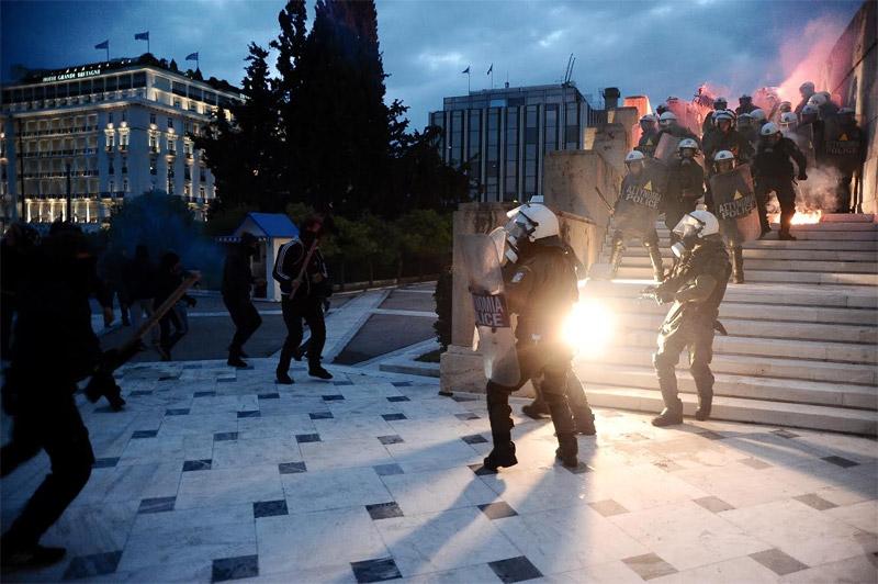 Άγρια επεισόδια έξω από τη Βουλή: Φωτιά σε φυλάκιο του Άγνωστου Στρατιώτη - Εικόνα 3