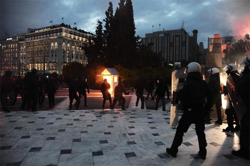 Άγρια επεισόδια έξω από τη Βουλή: Φωτιά σε φυλάκιο του Άγνωστου Στρατιώτη - Εικόνα 4