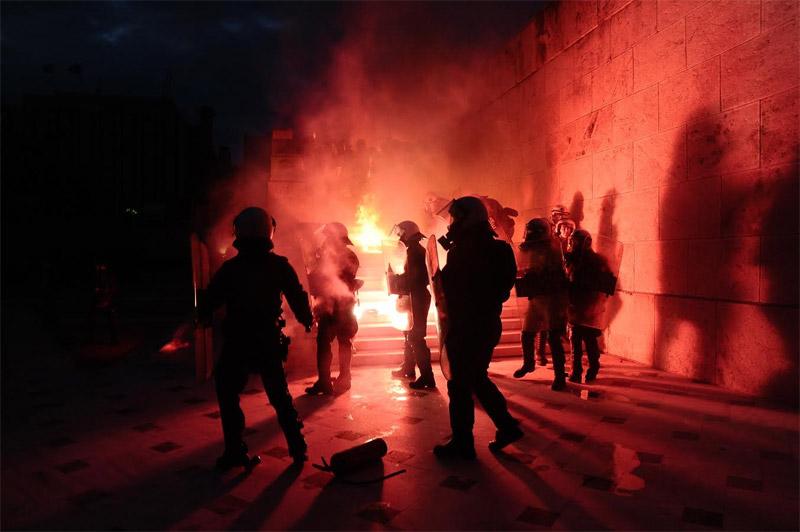 Άγρια επεισόδια έξω από τη Βουλή: Φωτιά σε φυλάκιο του Άγνωστου Στρατιώτη - Εικόνα 5