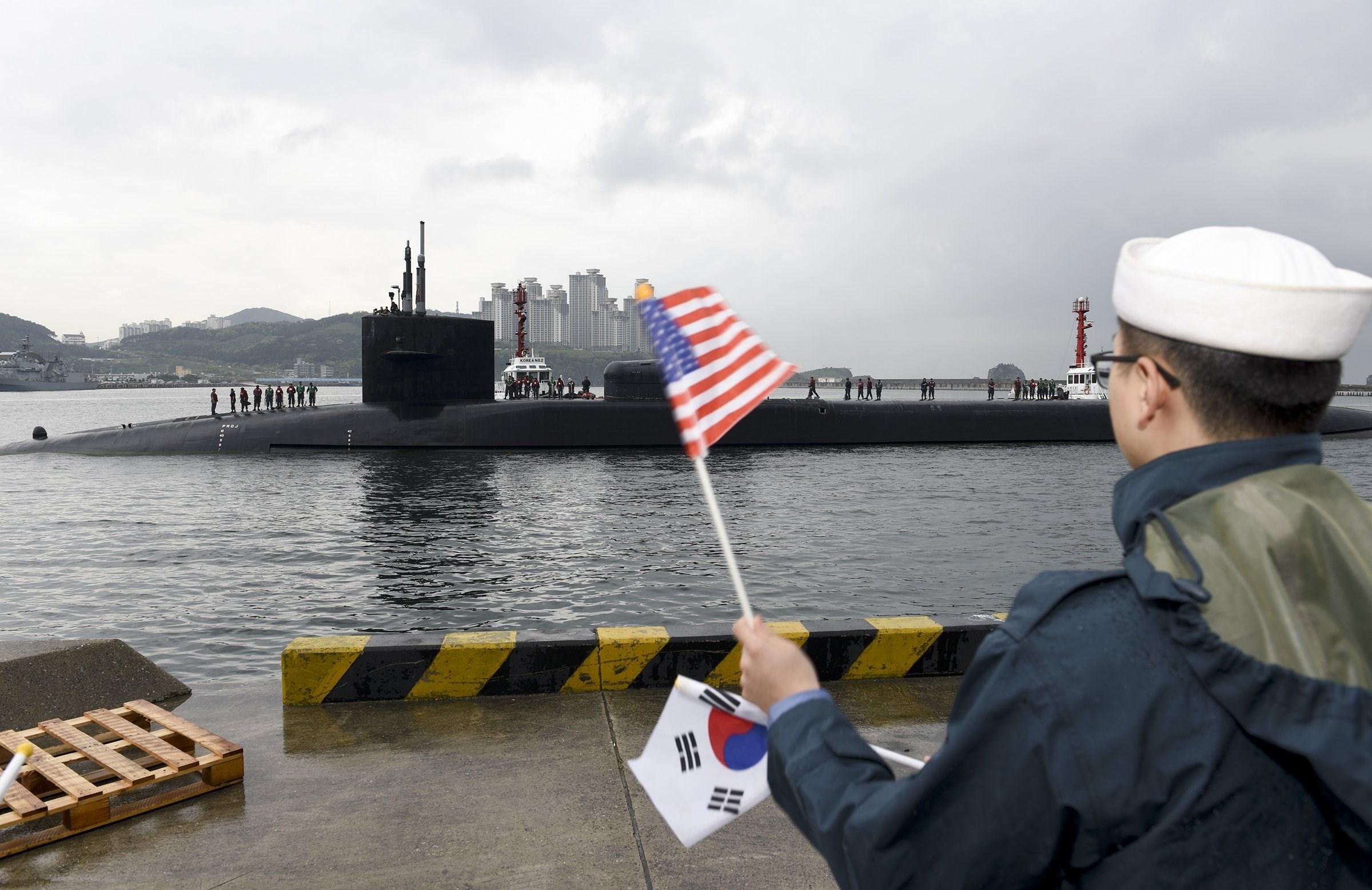 Ανθρωποκυνηγητό σε εξέλιξη στη Β.Κορέα – Navy seals διείσδυσαν στην χώρα – Η Πιονγιάνγκ ετοιμάζεται να πλήξει ΗΠΑ και Ν.Κορέα ως αντίποινα για την απόπειρα δολοφονίας του Κιμ Γιονγκ Ουν! - Εικόνα4