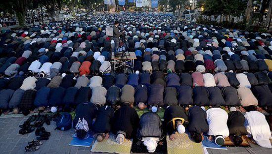 Την ώρα που ο Α.Τσίπρας άκουγε το τελεσίγραφο Ερντογάν, χιλιάδες μουσουλμάνοι περικύκλωσαν τον Ι.Ν Αγίας Σοφίας τελώντας προσευχή – Πλησιάζουν τα σημεία των καιρών με την μετατροπή σε Τζαμί – Δείτε το Βίντεο - Εικόνα0