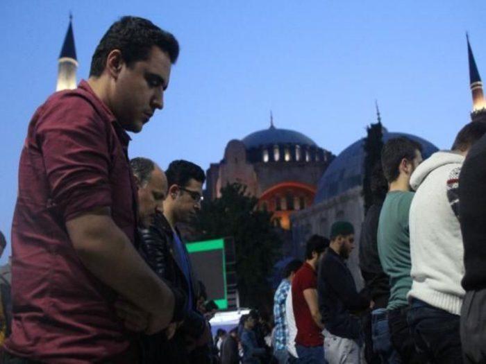 Την ώρα που ο Α.Τσίπρας άκουγε το τελεσίγραφο Ερντογάν, χιλιάδες μουσουλμάνοι περικύκλωσαν τον Ι.Ν Αγίας Σοφίας τελώντας προσευχή – Πλησιάζουν τα σημεία των καιρών με την μετατροπή σε Τζαμί – Δείτε το Βίντεο - Εικόνα1
