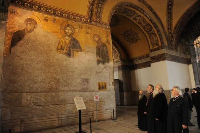 Την ώρα που ο Α.Τσίπρας άκουγε το τελεσίγραφο Ερντογάν, χιλιάδες μουσουλμάνοι περικύκλωσαν τον Ι.Ν Αγίας Σοφίας τελώντας προσευχή – Πλησιάζουν τα σημεία των καιρών με την μετατροπή σε Τζαμί – Δείτε το Βίντεο - Εικόνα2