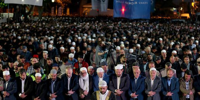 Την ώρα που ο Α.Τσίπρας άκουγε το τελεσίγραφο Ερντογάν, χιλιάδες μουσουλμάνοι περικύκλωσαν τον Ι.Ν Αγίας Σοφίας τελώντας προσευχή – Πλησιάζουν τα σημεία των καιρών με την μετατροπή σε Τζαμί – Δείτε το Βίντεο - Εικόνα3