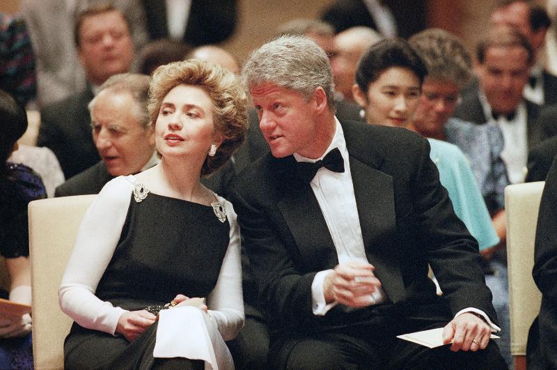 Daily Mail: Αυτό ήταν το τέλος της δυναστείας των Κλίντον – Όλα τα σκάνδαλα μιας «βρώμικης» οικογένειας - Εικόνα7