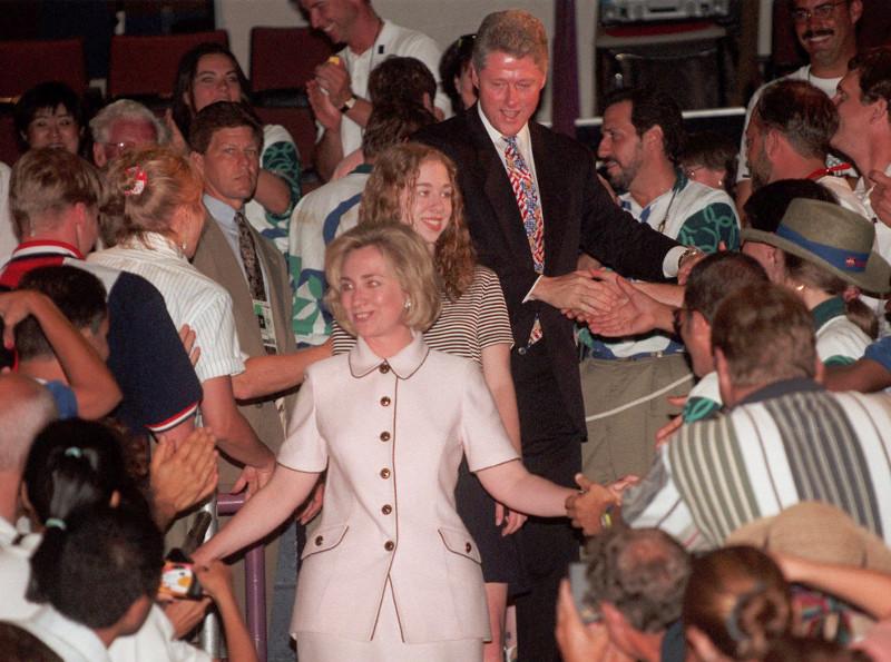 Daily Mail: Αυτό ήταν το τέλος της δυναστείας των Κλίντον – Όλα τα σκάνδαλα μιας «βρώμικης» οικογένειας - Εικόνα9