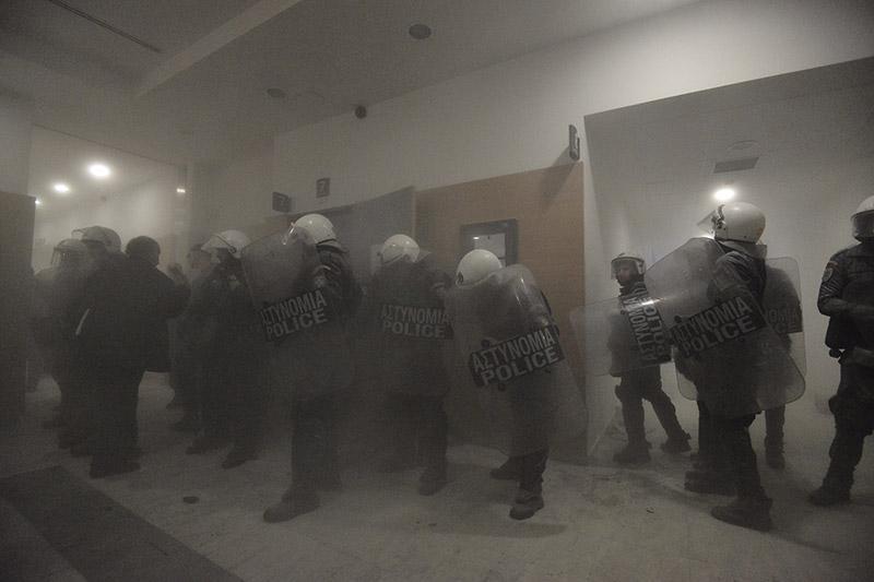 Δείτε βίντεο: Άγριο ξύλο από τα ΜΑΤ στα κινήματα κατά των πλειστηριασμών - Εικόνα 4