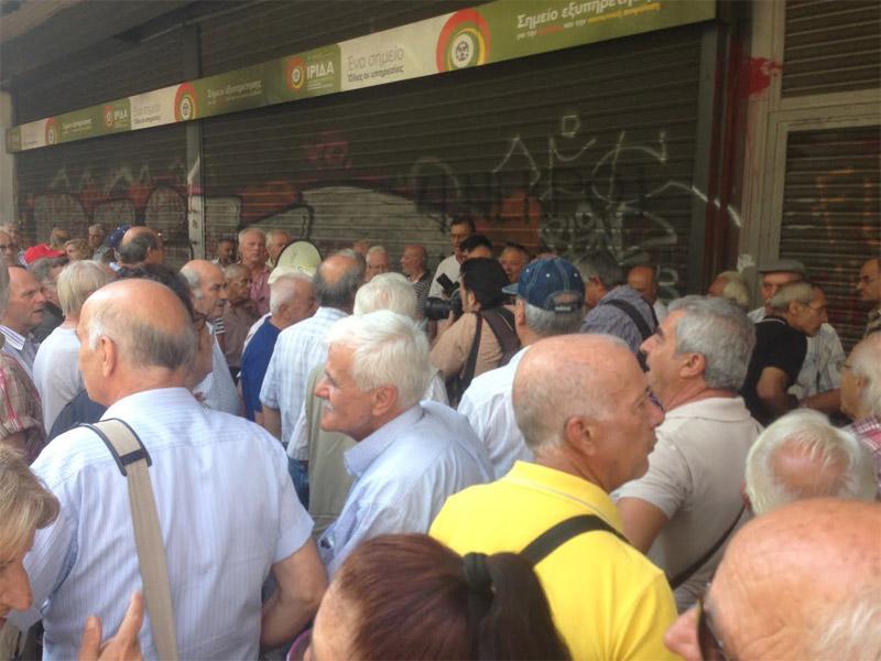 «Δεν έχουμε να φάμε» φωνάζουν οι συνταξιούχοι έξω από το υπ. Εργασίας - Εικόνα 2