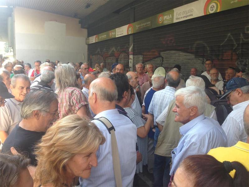 «Δεν έχουμε να φάμε» φωνάζουν οι συνταξιούχοι έξω από το υπ. Εργασίας - Εικόνα 3