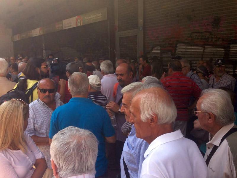«Δεν έχουμε να φάμε» φωνάζουν οι συνταξιούχοι έξω από το υπ. Εργασίας - Εικόνα 4
