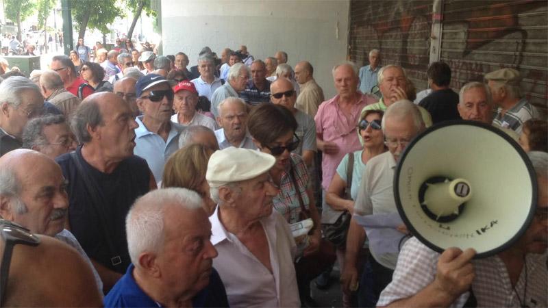 «Δεν έχουμε να φάμε» φωνάζουν οι συνταξιούχοι έξω από το υπ. Εργασίας - Εικόνα 5