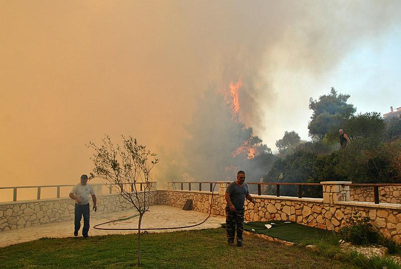 Δραματική η κατάσταση στη Ζάκυνθο: Μάχη όλη τη νύχτα με τη φωτιά - Εικόνα 2