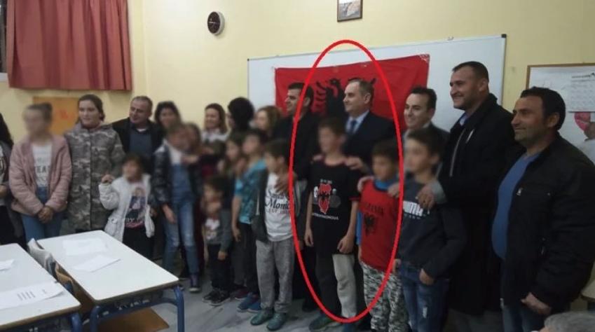Εγκαίνια αλβανικού σχολείου στην Κρήτη με χάρτη της «Μεγάλης Αλβανίας» σε μπλουζάκι μαθητή [εικόνες] - Εικόνα