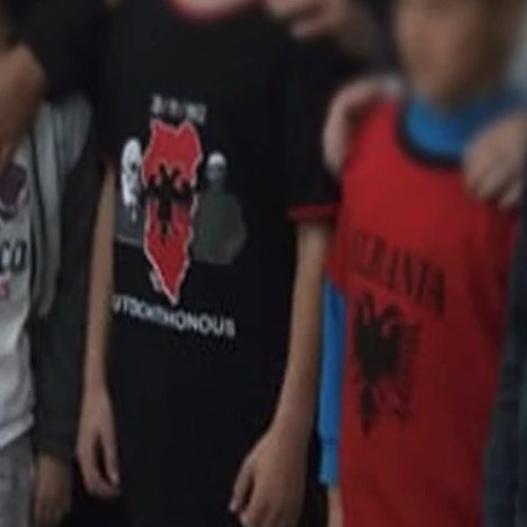 Εγκαίνια αλβανικού σχολείου στην Κρήτη με χάρτη της «Μεγάλης Αλβανίας» σε μπλουζάκι μαθητή [εικόνες] - Εικόνα1