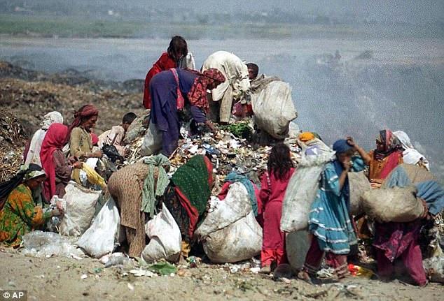 Εκατοντάδες νεκρά νεογέννητα κορίτσια πετάγονται σε σωρούς σκουπιδιών στο Πακιστάν επειδή οι γονείς θέλουν να κάνουν αγόρια - Εικόνα1
