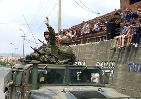 ΕΚΤΑΚΤΟ: Δυνάμεις της KFOR εγκαταλείπουν το Κοσσυφοπέδιο και κατευθύνονται προς Θεσ/κη και ΠΓΔΜ – Πρώτη ένοπλη σύγκρουση στα Σκόπια – Μετακινεί πυραυλικά συστήματα στα σύνορα η Σερβία - Εικόνα0