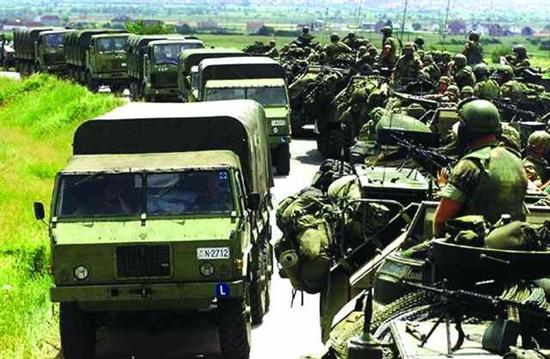 ΕΚΤΑΚΤΟ: Δυνάμεις της KFOR εγκαταλείπουν το Κοσσυφοπέδιο και κατευθύνονται προς Θεσ/κη και ΠΓΔΜ – Πρώτη ένοπλη σύγκρουση στα Σκόπια – Μετακινεί πυραυλικά συστήματα στα σύνορα η Σερβία - Εικόνα1
