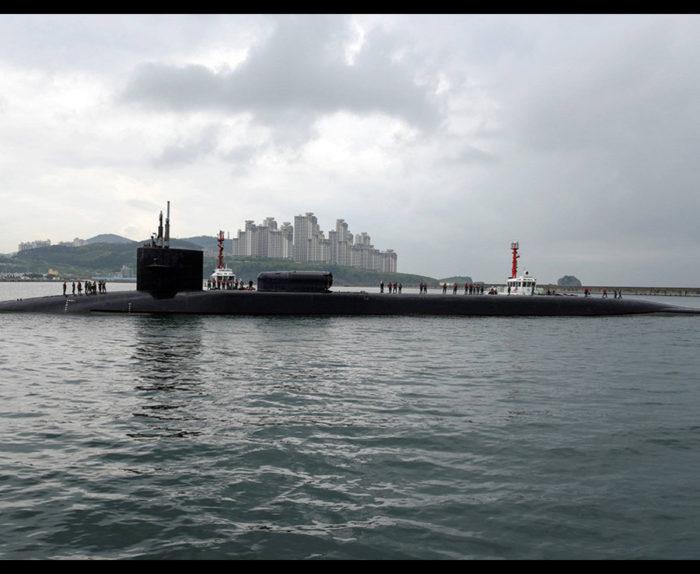 ΕΚΤΑΚΤΟ: Πλοίο της Β.Κορέας(;) εμβόλισε Aμερικανικό πολεμικό πλοίο κοντά στα χωρικά ύδατα της χώρας – Πληροφορίες ότι εκτέλεσε αποστολή αυτοκτονίας - Εικόνα0