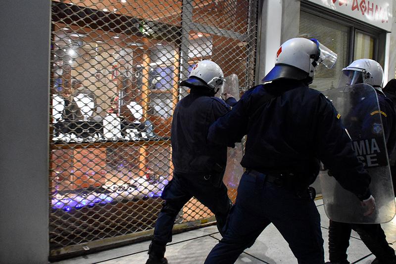 Ένταση με το ΠΑΜΕ στο υπουργείο Εργασίας - Συμπλοκές με την αστυνομία - Εικόνα 1