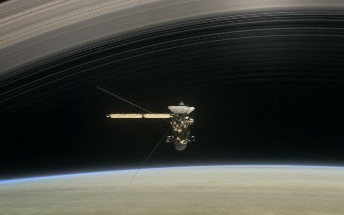 Eντυπωσιακό! Το Cassini έστειλε τις πρώτες φωτογραφίες μέσα από τους δακτυλίους του Κρόνου - Εικόνα2