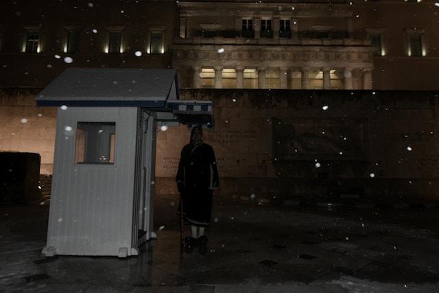Οι Εύζωνες τη νύχτα κάτω από το χιόνι στον Άγνωστο Στρατιώτη σε θερμοκρασίες πολικές! ΦΩΤΟ - Εικόνα0