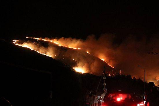 ΦΩΤΙΑ ΣΤΗΝ ΚΕΦΑΛΟΝΙΑ: Έσωσαν τα σπίτια οι πυροσβέστες – Καλύτερη εικόνα σήμερα το νησί (ΦΩΤΟ) - Εικόνα2