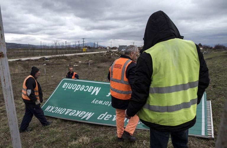 Φωτογραφίες: «Ξηλώνουν» τις πινακίδες με το όνομα του Μεγαλέξανδρου από τον αυτοκινητόδρομο των Σκοπίων - Εικόνα 2