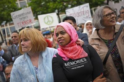 ΓΕΡΜΑΝΙΑ: Αριστεροί διαφήμιζαν για ημέρες μεγαλειώδη συγκέντρωση 10.000 μουσουλμάνων που θα κατήγγειλαν το «φανατικό ισλάμ». Τελικά εμφανίστηκαν 20 μουσουλμάνοι (και 280 «αλληλέγγυοι») - Εικόνα4