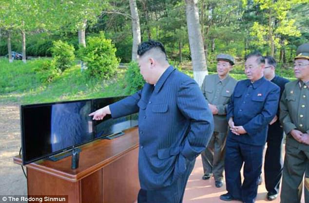 Κιμ Γιονγκ Ουν: «Θα φτιάξουμε πυραύλους για να χτυπήσουμε αμερικανικές βάσεις» (εικόνες,βίντεο) - Εικόνα1