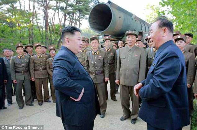 Κιμ Γιονγκ Ουν: «Θα φτιάξουμε πυραύλους για να χτυπήσουμε αμερικανικές βάσεις» (εικόνες,βίντεο) - Εικόνα2