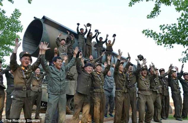 Κιμ Γιονγκ Ουν: «Θα φτιάξουμε πυραύλους για να χτυπήσουμε αμερικανικές βάσεις» (εικόνες,βίντεο) - Εικόνα3