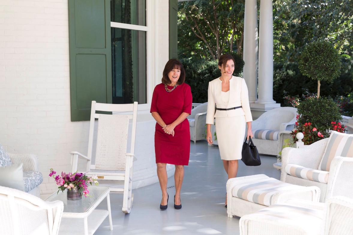 Με γόβες 590 ευρώ στις μοκέτες του Λευκού Οίκου η σύντροφος του… αριστερού Έλληνα πρωθυπουργού Μπέτυ Μπαζιάνα όταν οι Έλληνες πεθαίνουν στην ψάθα - Εικόνα1