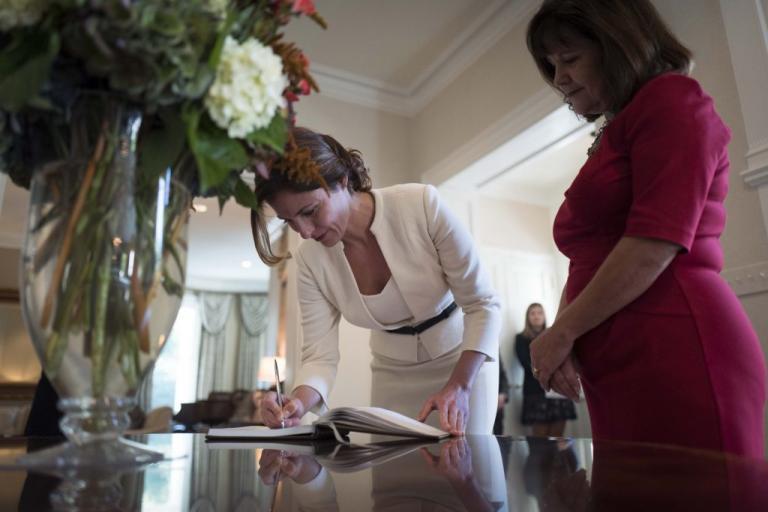 Με γόβες 590 ευρώ στις μοκέτες του Λευκού Οίκου η σύντροφος του… αριστερού Έλληνα πρωθυπουργού Μπέτυ Μπαζιάνα όταν οι Έλληνες πεθαίνουν στην ψάθα - Εικόνα6
