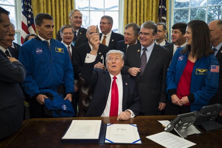 ΗΠΑ: Ο Τραμπ στέλνει άνθρωπο στον Άρη - Υπέγραψε τη χρηματοδότηση της NASA - Εικόνα 1