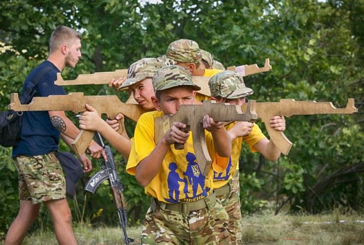 Κάμπινγκ ναζιστών εκπαιδεύει παιδιά «στρατιώτες» στην Ουκρανία. - Εικόνα1