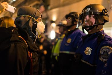 Κρίσιμες ώρες στην ΠΓΔΜ: Έζωσαν το κτίριο του κοινοβουλίου εκατοντάδες πάνοπλοι αστυνομικοί – Ξεκινάει το πιο «καυτό» βράδυ στην ιστορία των Σκοπίων - Εικόνα1