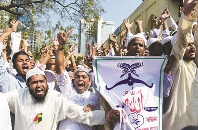 Μπαγκλαντές: Χιλιάδες ισλαμιστές θέλουν να καταστρέψουν το άγαλμα της Ελληνίδας Θεάς Θέμιδας - Εικόνα1