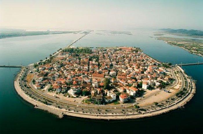Ομορφιά βγαλμένη από καρτ ποστάλ: Αυτή είναι η μικρή Βενετία της Ελλάδας - Εικόνα0