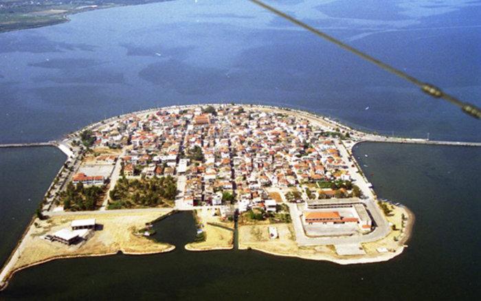 Ομορφιά βγαλμένη από καρτ ποστάλ: Αυτή είναι η μικρή Βενετία της Ελλάδας - Εικόνα1