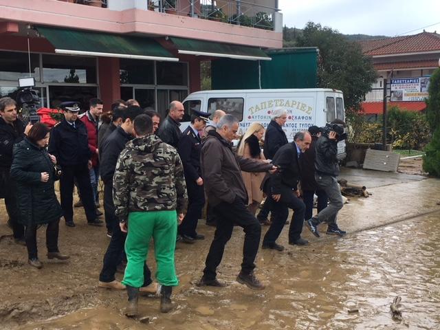 Οργή κατά Σκουρλέτη στο Αγρίνιο για τις πλημμύρες: Ντροπή σας! - Εικόνα 2