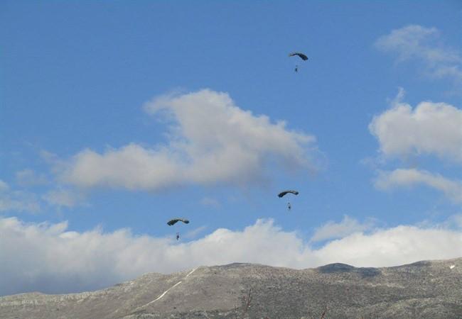 Ο ουρανός των Ιωαννίνων γέμισε με αλεξιπτωτιστές των Ειδικών Δυνάμεων [εικόνες & βίντεο] - Εικόνα