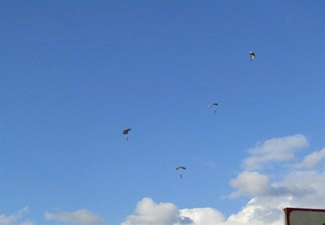 Ο ουρανός των Ιωαννίνων γέμισε με αλεξιπτωτιστές των Ειδικών Δυνάμεων [εικόνες & βίντεο] - Εικόνα1