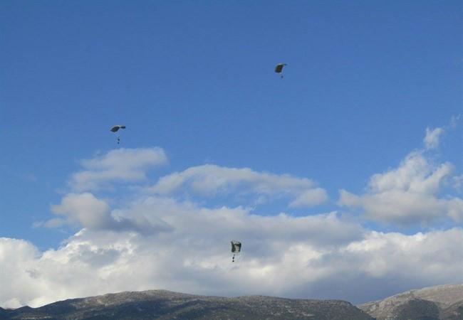 Ο ουρανός των Ιωαννίνων γέμισε με αλεξιπτωτιστές των Ειδικών Δυνάμεων [εικόνες & βίντεο] - Εικόνα2
