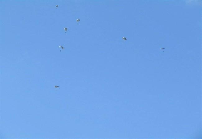 Ο ουρανός των Ιωαννίνων γέμισε με αλεξιπτωτιστές των Ειδικών Δυνάμεων [εικόνες & βίντεο] - Εικόνα3