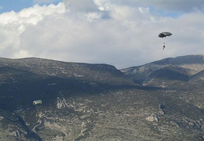 Ο ουρανός των Ιωαννίνων γέμισε με αλεξιπτωτιστές των Ειδικών Δυνάμεων [εικόνες & βίντεο] - Εικόνα4